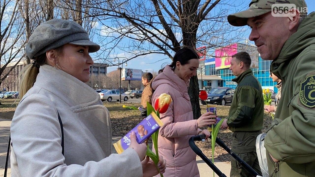 """В первый день весны в Кривом Роге участники боевых действий дарили женщинам цветы и """"гормон счастья"""", - ФОТО, ВИДЕО , фото-60"""