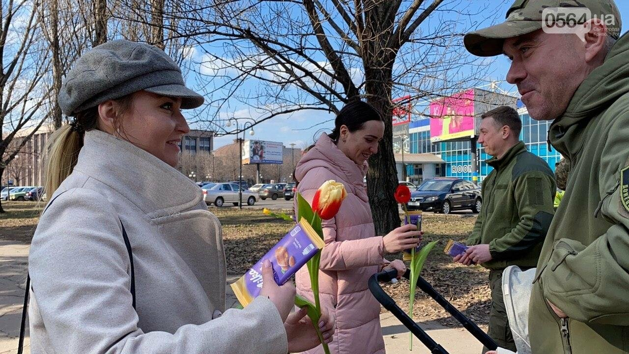 """В первый день весны в Кривом Роге участники боевых действий дарили женщинам цветы и """"гормон счастья"""", - ФОТО, ВИДЕО , фото-63"""