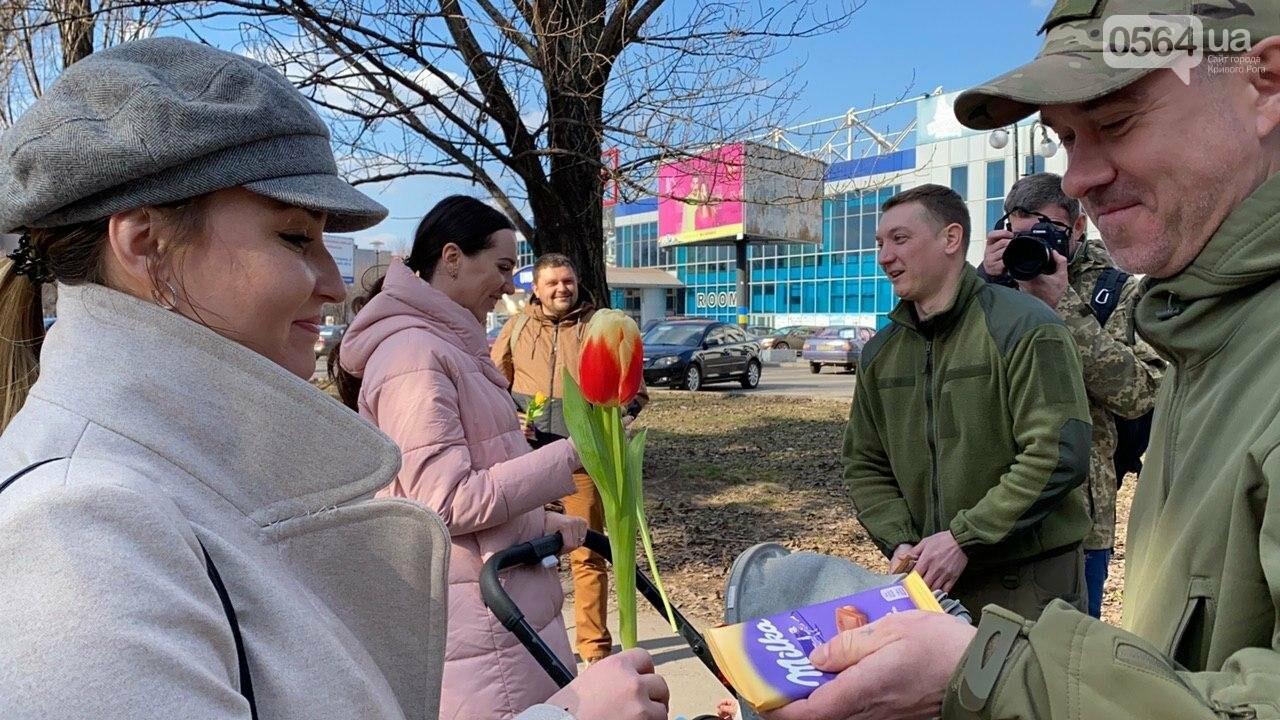 """В первый день весны в Кривом Роге участники боевых действий дарили женщинам цветы и """"гормон счастья"""", - ФОТО, ВИДЕО , фото-64"""