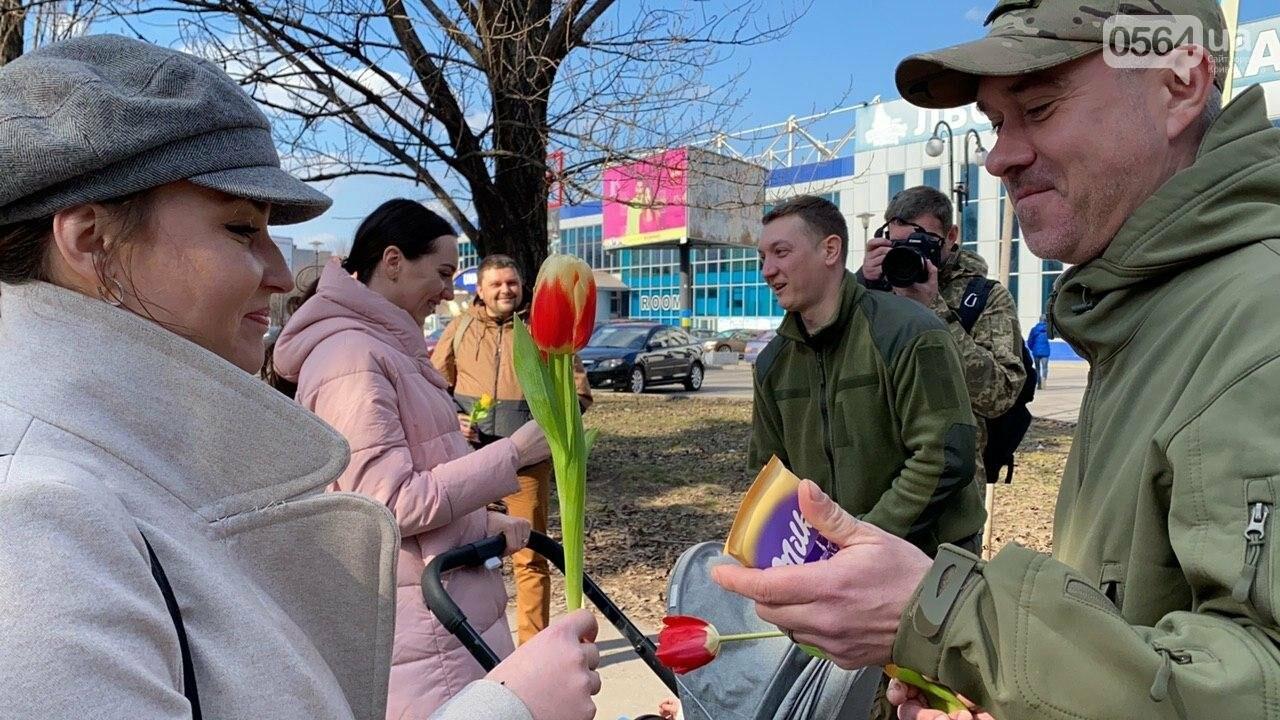 """В первый день весны в Кривом Роге участники боевых действий дарили женщинам цветы и """"гормон счастья"""", - ФОТО, ВИДЕО , фото-67"""