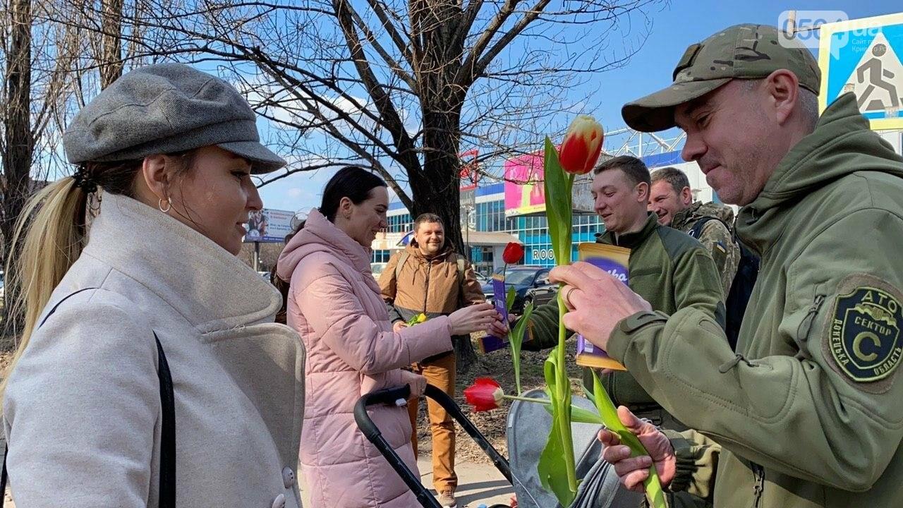"""В первый день весны в Кривом Роге участники боевых действий дарили женщинам цветы и """"гормон счастья"""", - ФОТО, ВИДЕО , фото-68"""