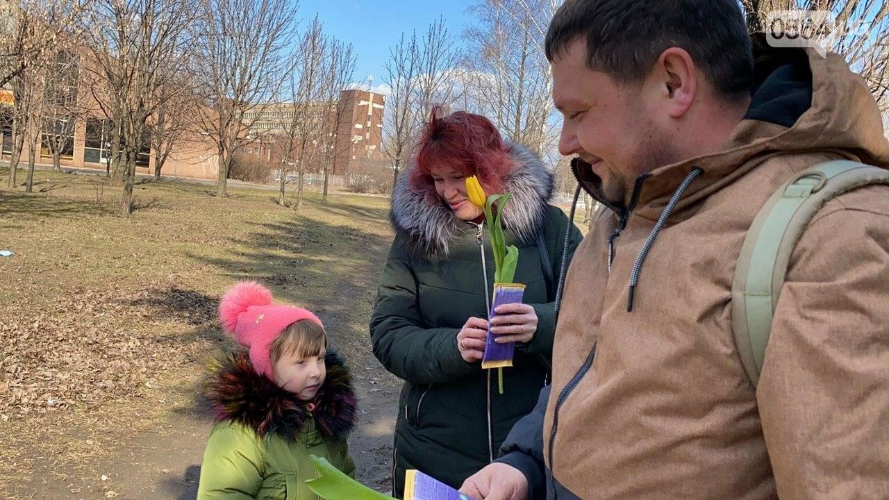 """В первый день весны в Кривом Роге участники боевых действий дарили женщинам цветы и """"гормон счастья"""", - ФОТО, ВИДЕО , фото-62"""