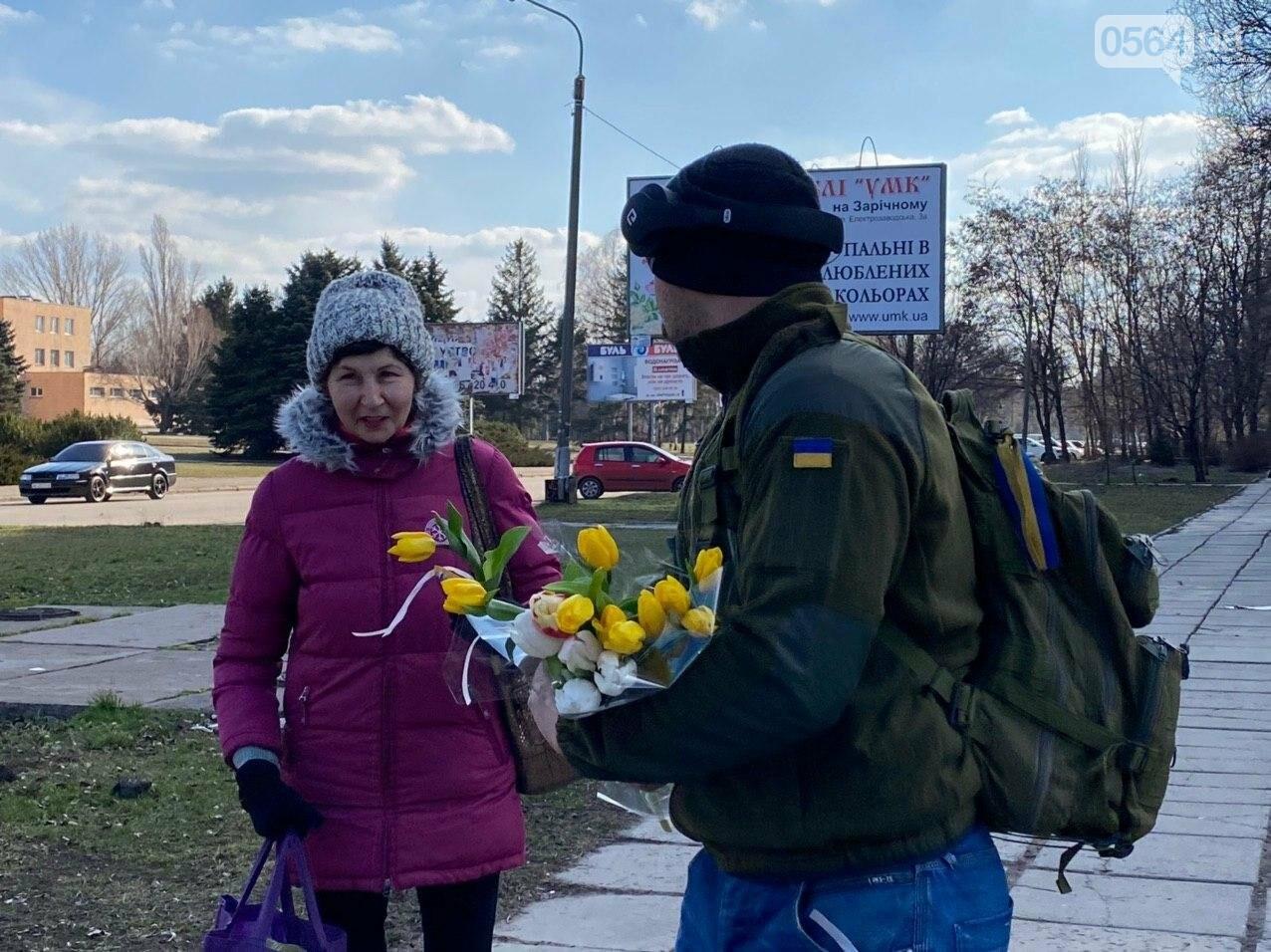 """В первый день весны в Кривом Роге участники боевых действий дарили женщинам цветы и """"гормон счастья"""", - ФОТО, ВИДЕО , фото-66"""