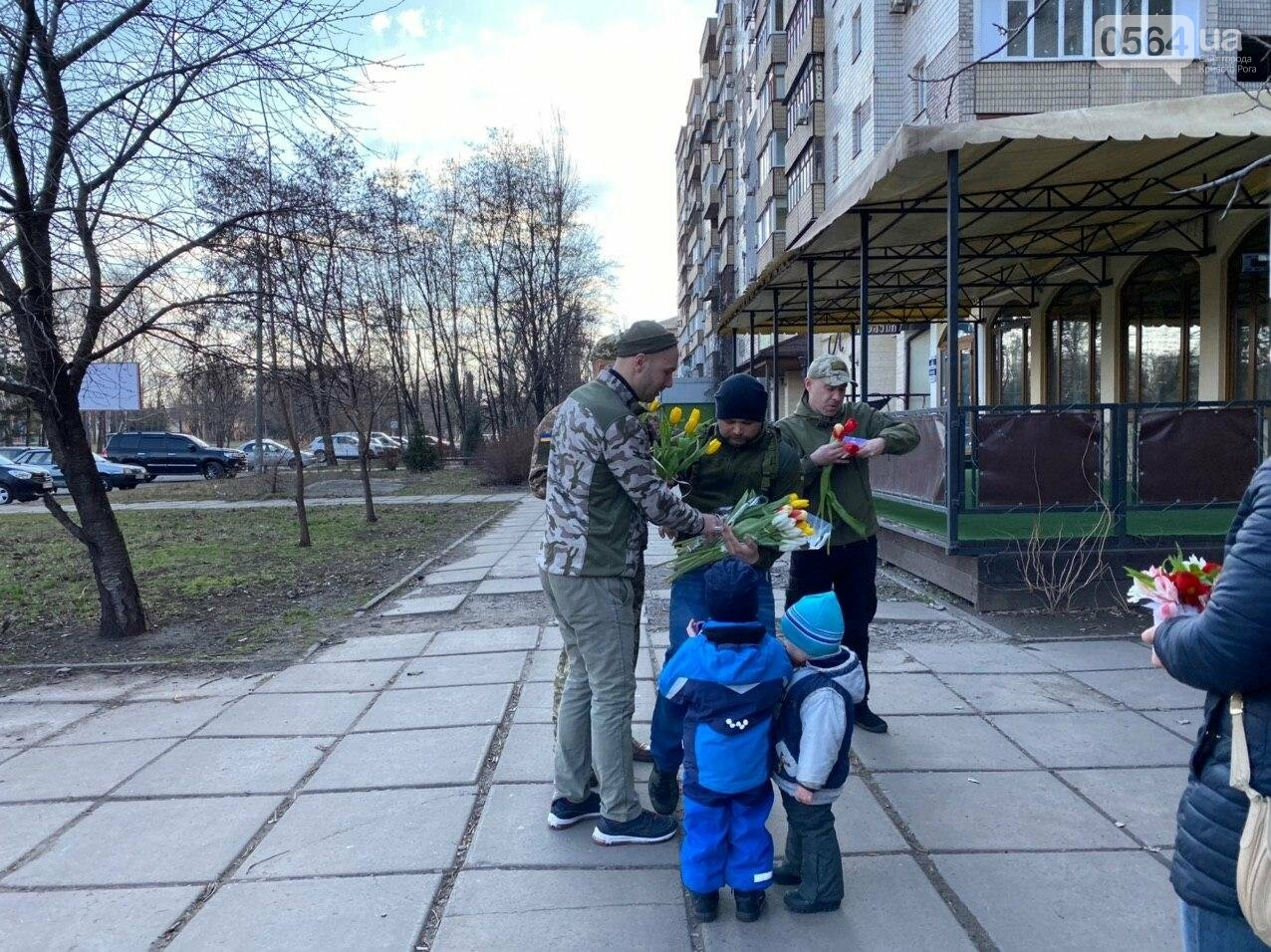 """В первый день весны в Кривом Роге участники боевых действий дарили женщинам цветы и """"гормон счастья"""", - ФОТО, ВИДЕО , фото-73"""