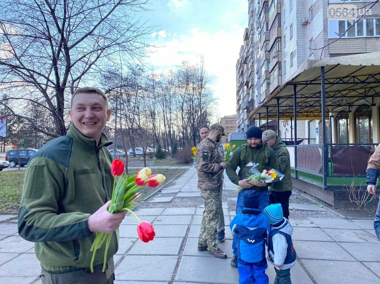"""В первый день весны в Кривом Роге участники боевых действий дарили женщинам цветы и """"гормон счастья"""", - ФОТО, ВИДЕО , фото-72"""