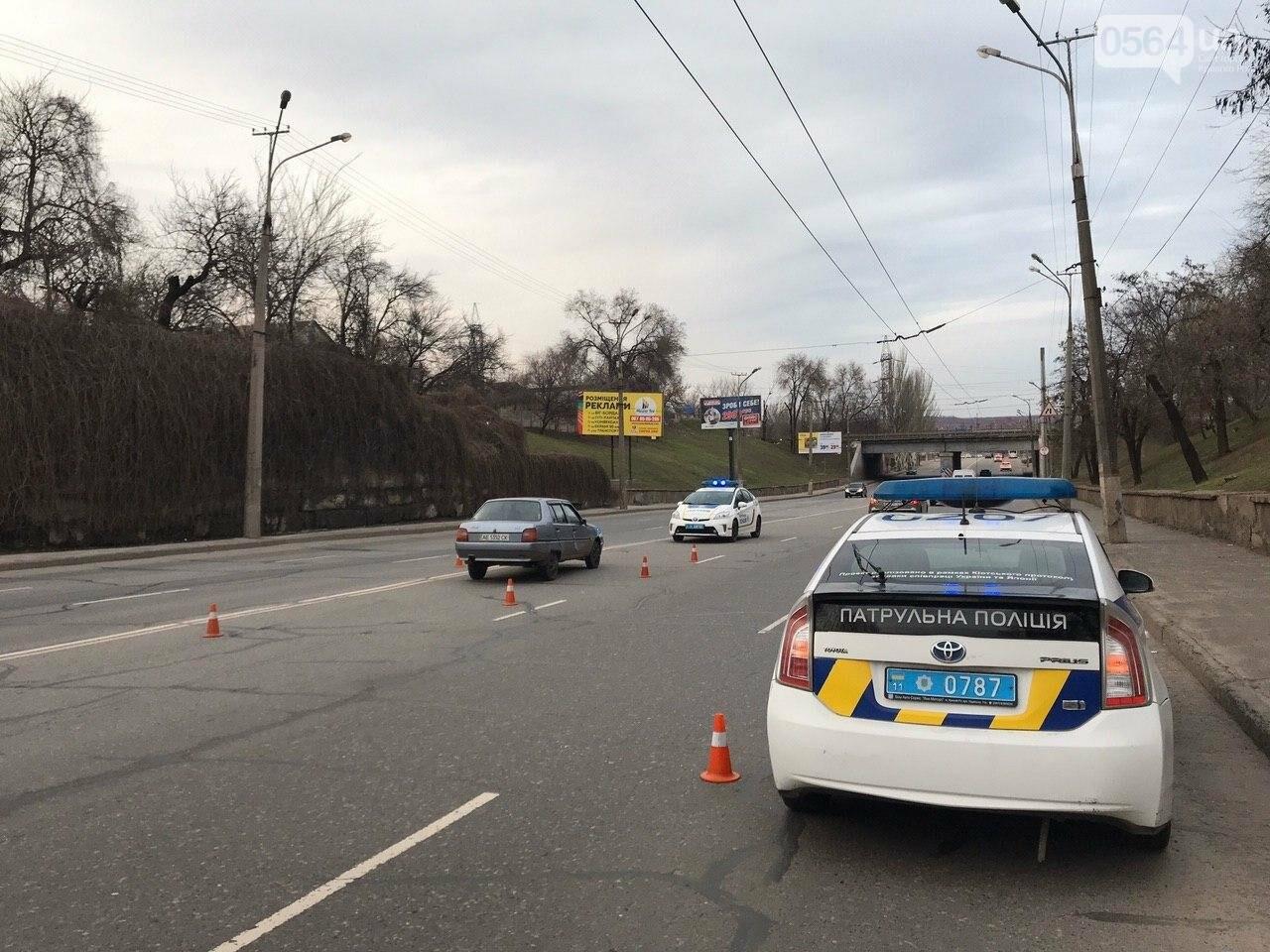 В Кривом Роге легковой автомобиль сбил подростка, который выскочил на дорогу, - ФОТО , фото-1