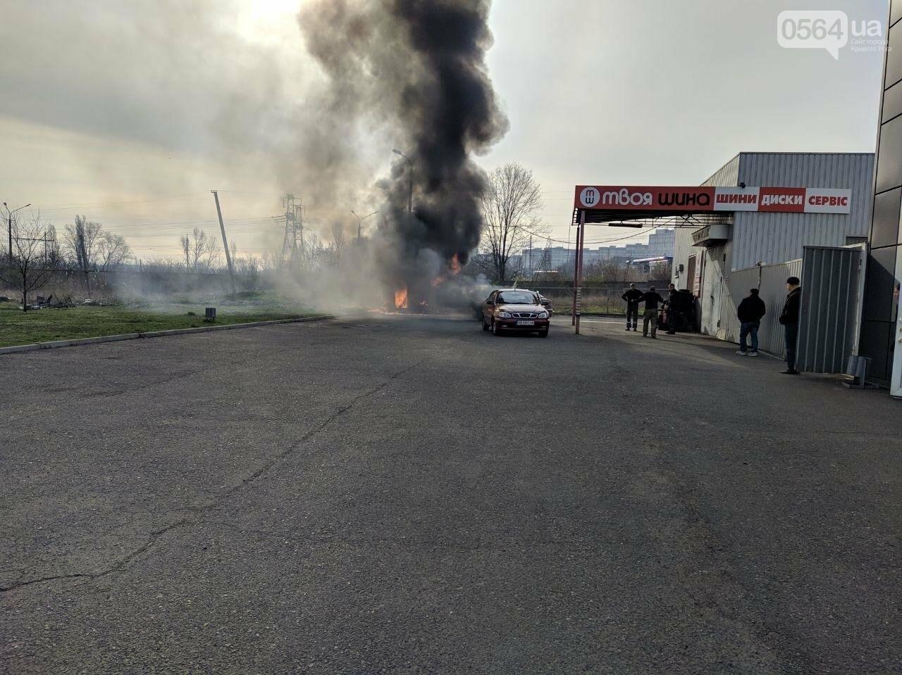 В Кривом Роге возле автомойки загорелся автомобиль, - ФОТО , фото-1
