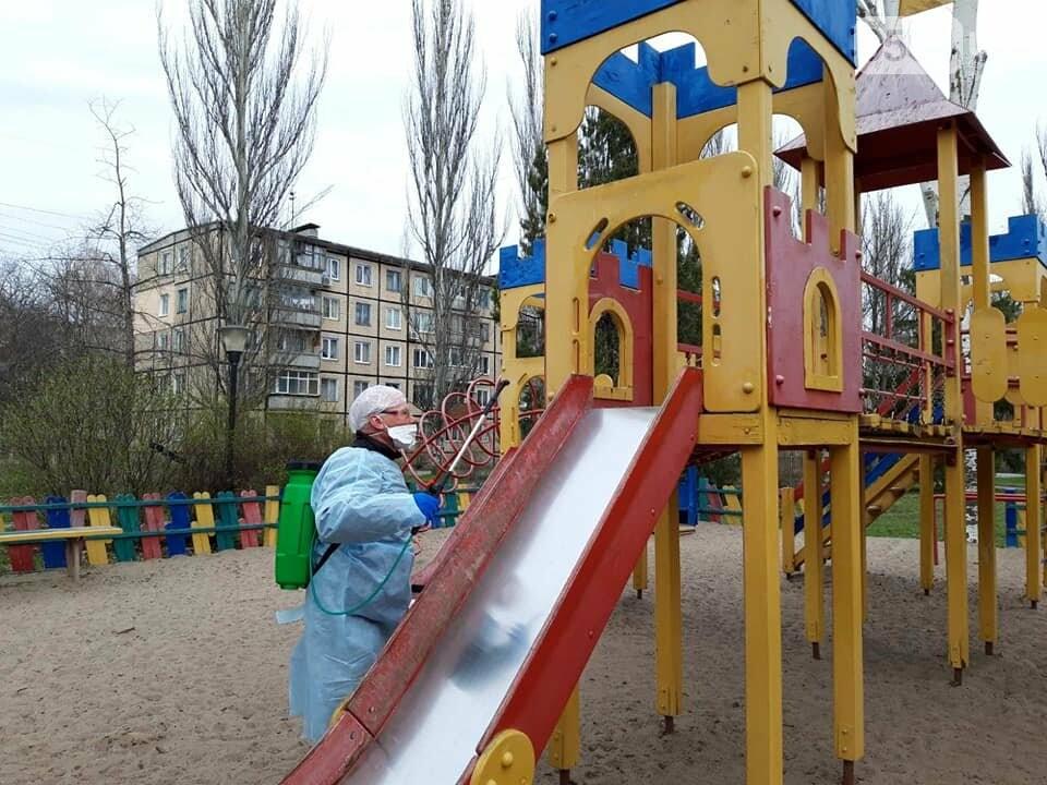 В одном районе Кривого Рога начали дезинфицировать детские и спортивные площадки во время карантина, - ФОТО  , фото-4