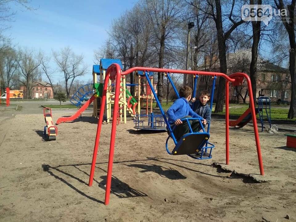 Криворожане срывают ограничительные ленты на детских площадках и гуляют там с детьми,  - ФОТО, фото-3