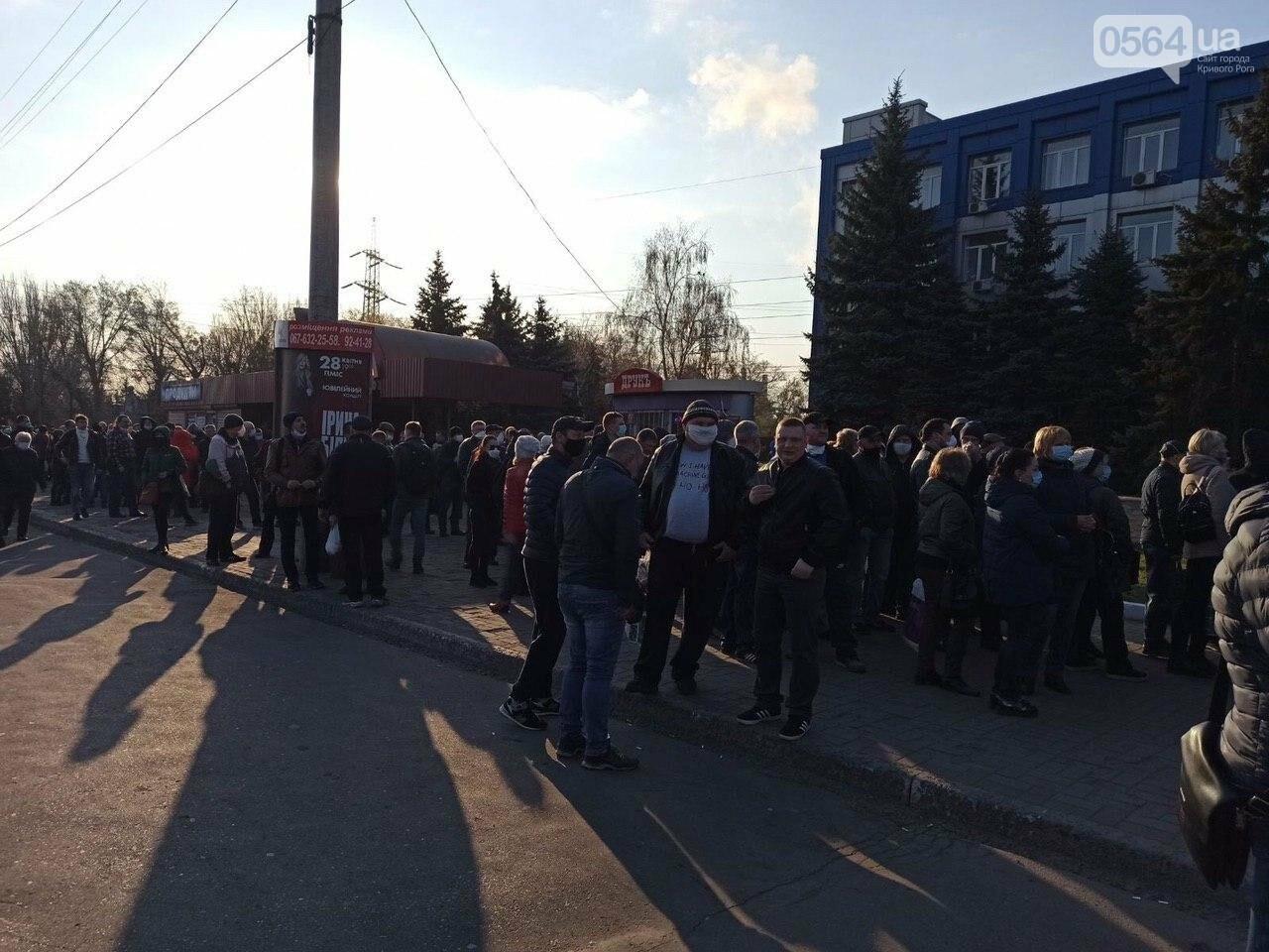 """""""Конца и края не видно"""": тысячи криворожан стоят в очереди за спецпропуском для проезда в общественном транспорте, - ФОТО, ВИДЕО , фото-7"""