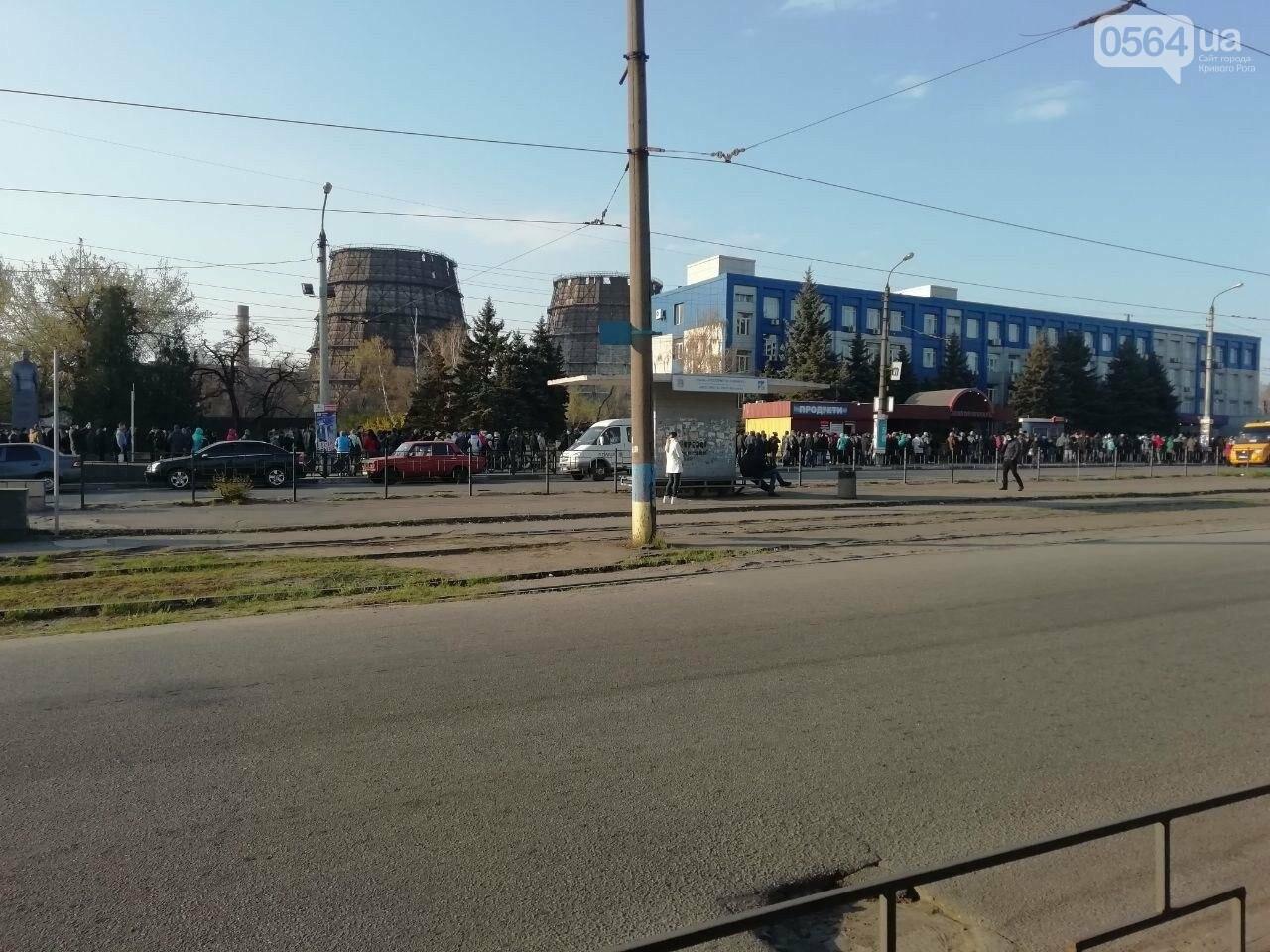 """""""Конца и края не видно"""": тысячи криворожан стоят в очереди за спецпропуском для проезда в общественном транспорте, - ФОТО, ВИДЕО , фото-6"""