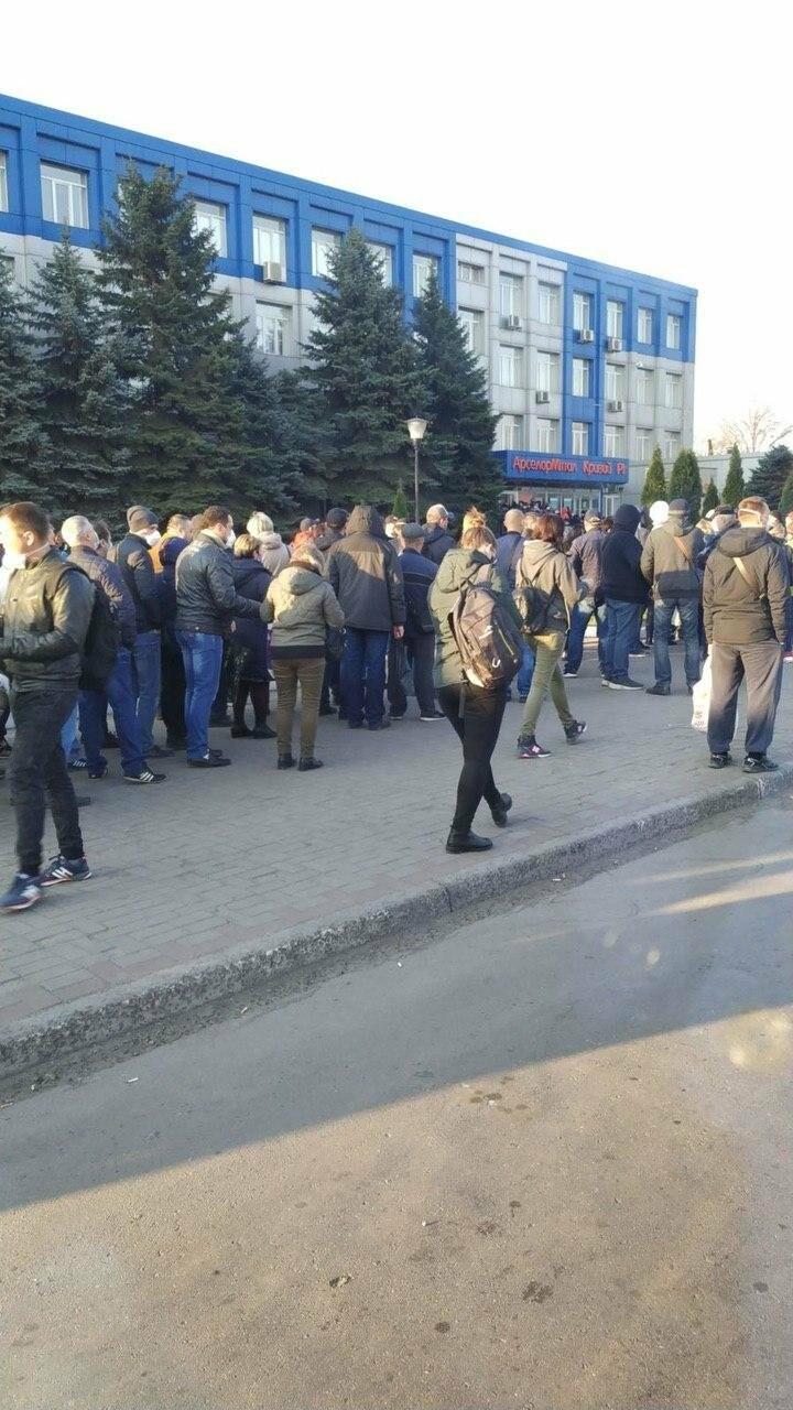 """""""Конца и края не видно"""": тысячи криворожан стоят в очереди за спецпропуском для проезда в общественном транспорте, - ФОТО, ВИДЕО , фото-2"""