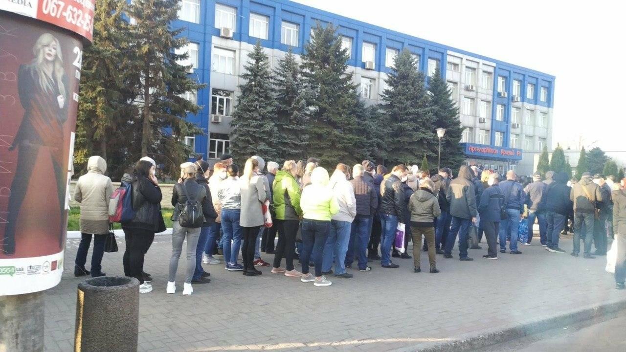 """""""Конца и края не видно"""": тысячи криворожан стоят в очереди за спецпропуском для проезда в общественном транспорте, - ФОТО, ВИДЕО , фото-1"""