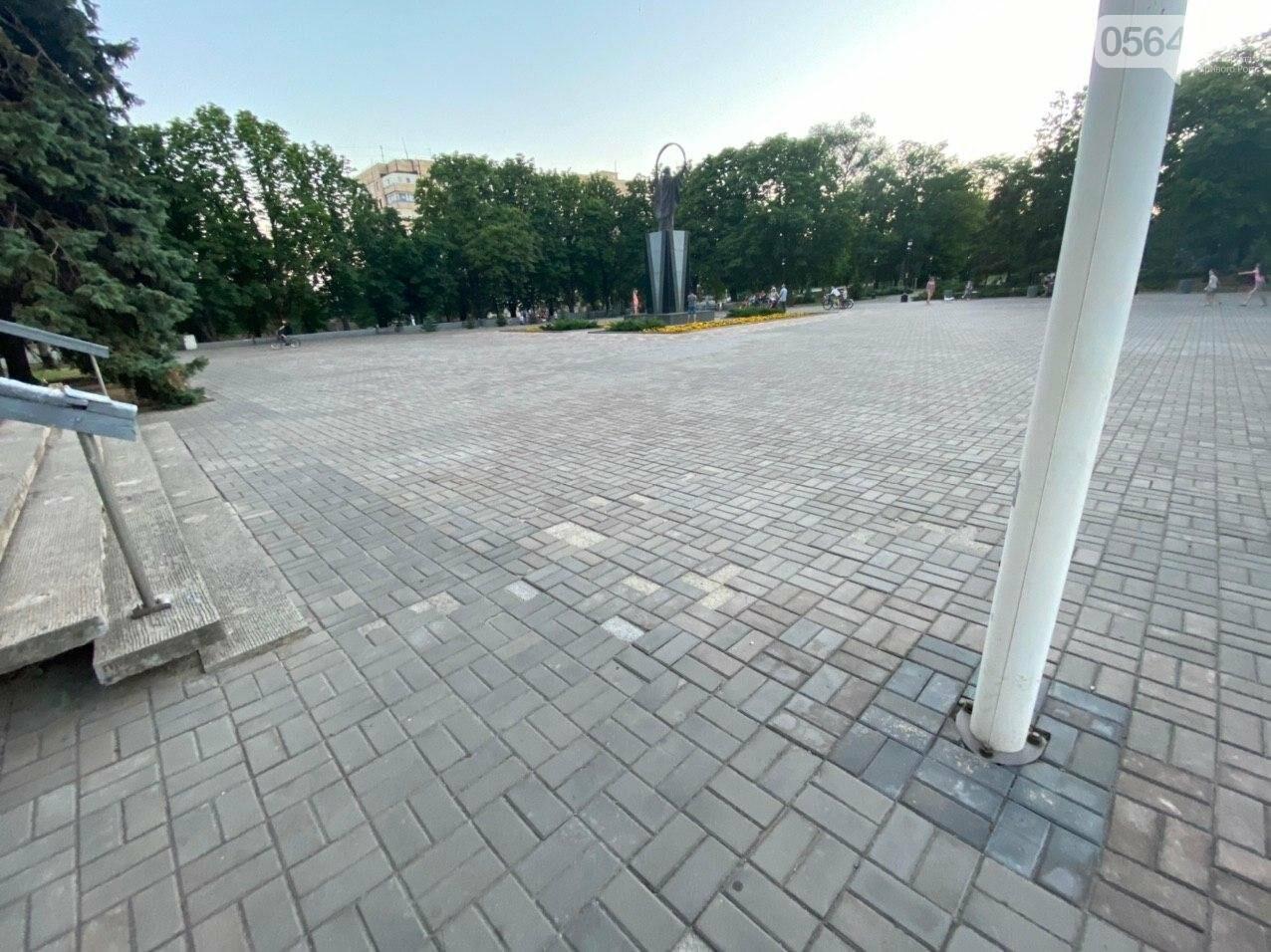 Второй раз по гарантийному договору будут менять плитку под райисполкомом в Кривом Роге, - ФОТО , фото-4