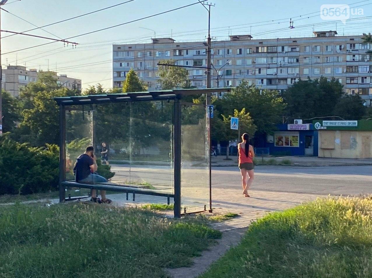 """""""Опять вандалы?"""": почему в Кривом Роге на новой остановке нет стекла, - ФОТО , фото-1"""