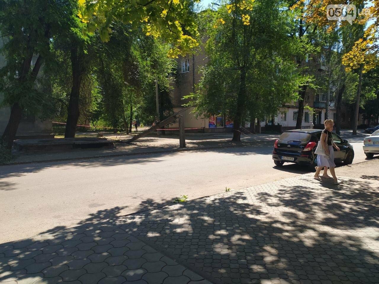 В Кривом Роге сломавшаяся электроопора, удерживаемая каркасом из арматуры, зависла прямо над тротуаром, - ФОТО, фото-1