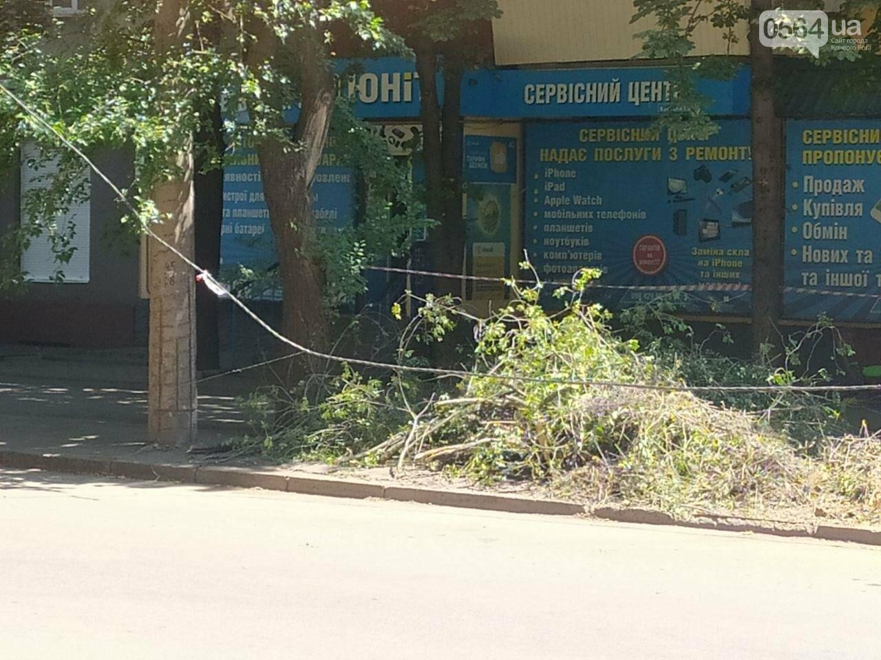 В Кривом Роге сломавшаяся электроопора, удерживаемая каркасом из арматуры, зависла прямо над тротуаром, - ФОТО, фото-3