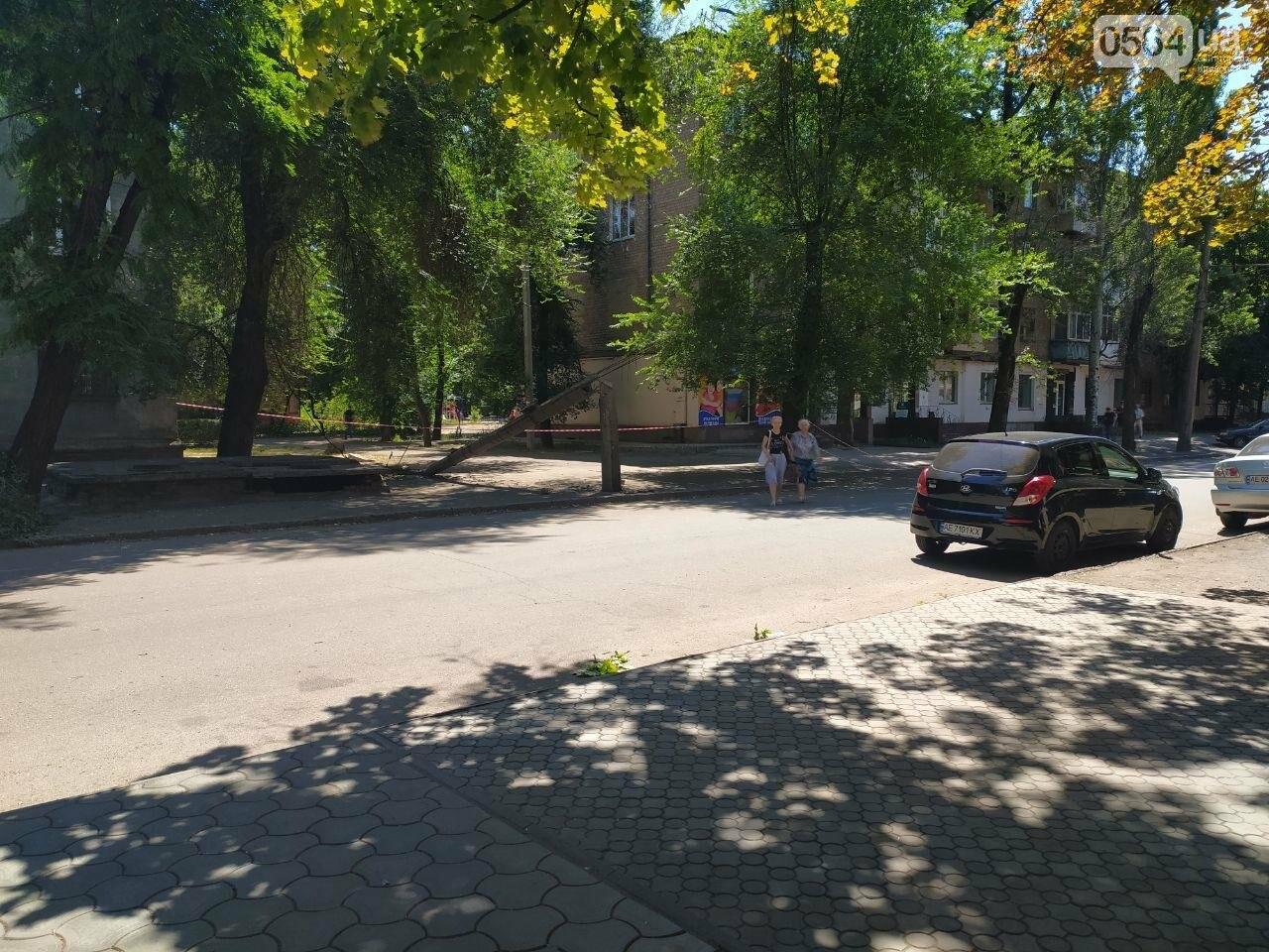 В Кривом Роге сломавшаяся электроопора, удерживаемая каркасом из арматуры, зависла прямо над тротуаром, - ФОТО, фото-4