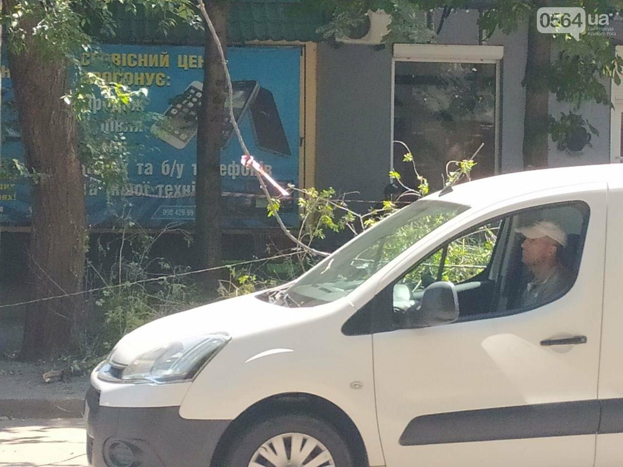 В Кривом Роге сломавшаяся электроопора, удерживаемая каркасом из арматуры, зависла прямо над тротуаром, - ФОТО, фото-6