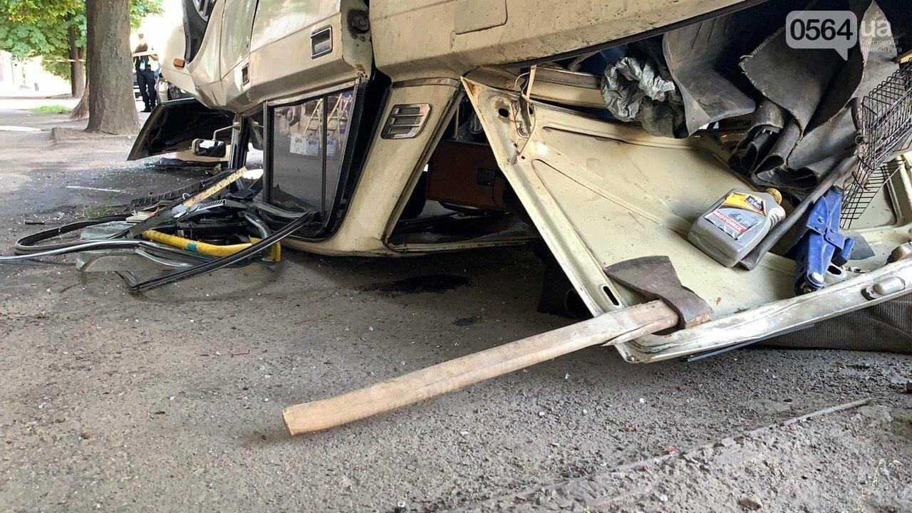 """В Кривом Роге автомобиль с пассажирами """"влетел"""" в здание и перевернулся на крышу. Водитель сбежал с места ДТП, - ФОТО, фото-2"""