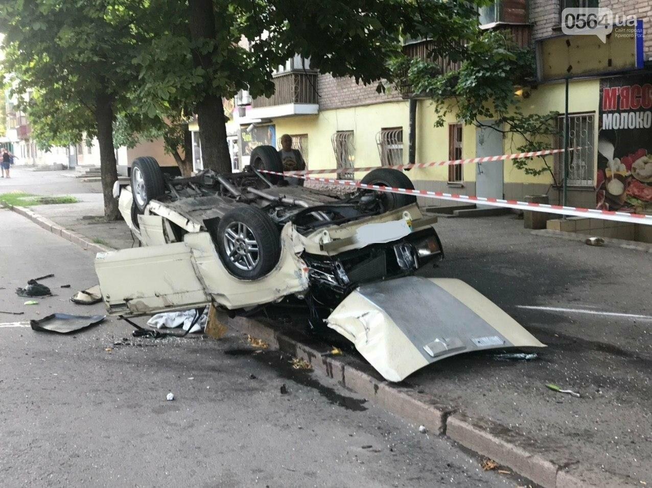 """В Кривом Роге автомобиль с пассажирами """"влетел"""" в здание и перевернулся на крышу. Водитель сбежал с места ДТП, - ФОТО, фото-3"""