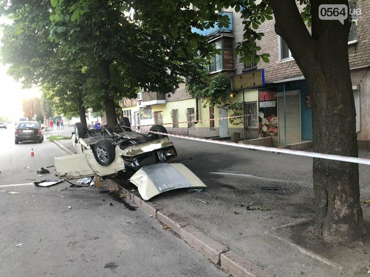 """В Кривом Роге автомобиль с пассажирами """"влетел"""" в здание и перевернулся на крышу. Водитель сбежал с места ДТП, - ФОТО, фото-4"""
