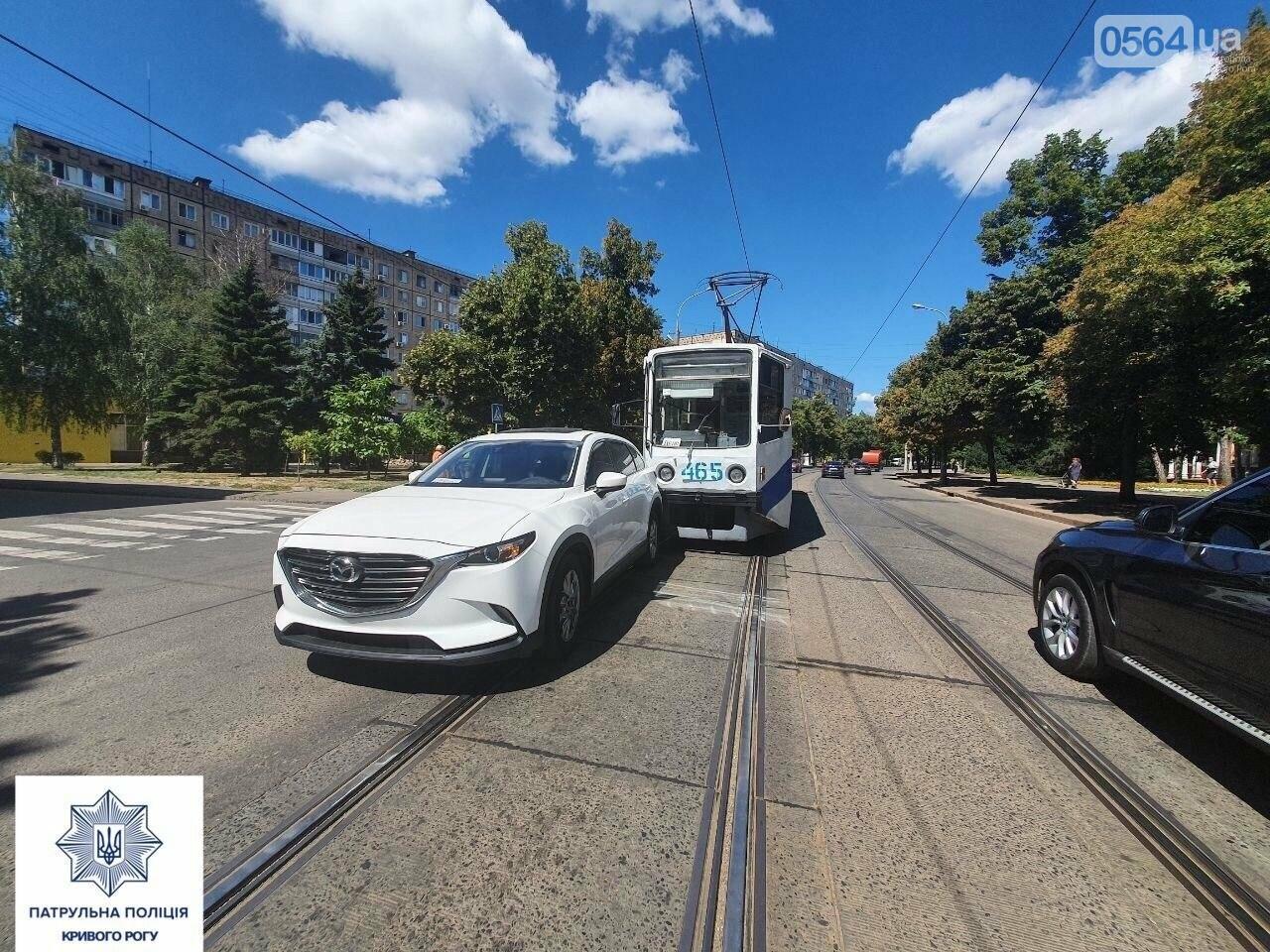 В Кривом Роге дорогу не поделили Mazda cx-9 и трамвай, - ФОТО , фото-1