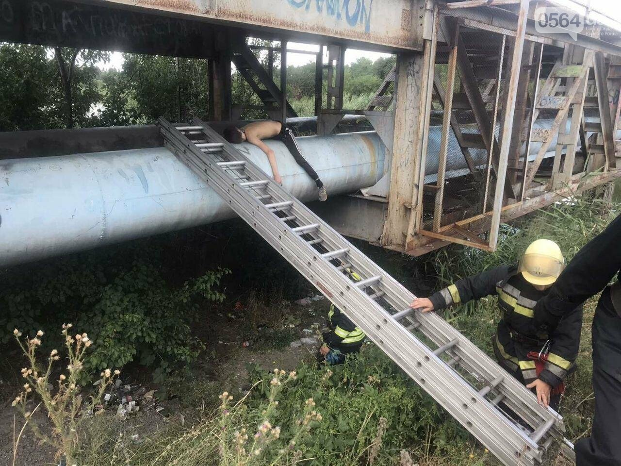 В Кривом Роге пьяный подросток без помощи спасателей не мог спуститься с трубы под мостом, - ФОТО , фото-2
