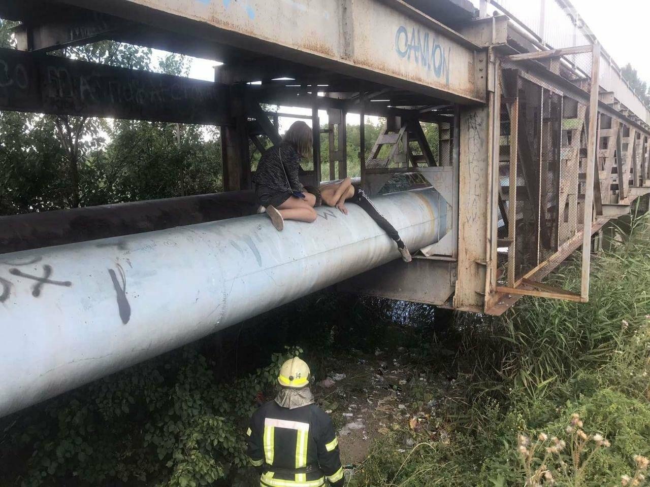 В Кривом Роге пьяный подросток без помощи спасателей не мог спуститься с трубы под мостом, - ФОТО , фото-3
