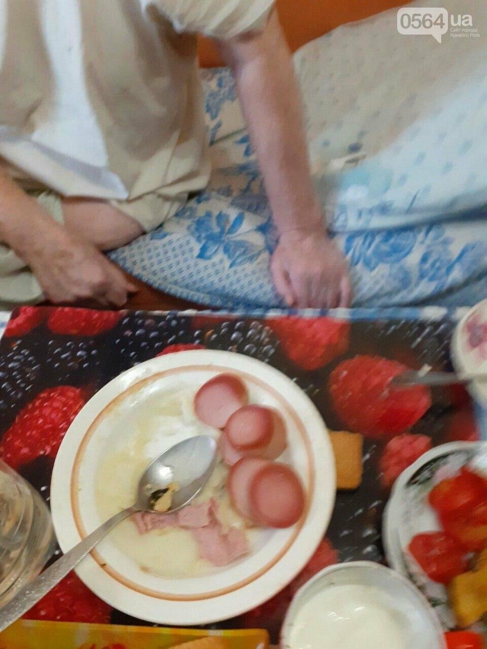 В Кривом Роге старушка, у которой ампутирована нога, днем и ночью без присмотра находится одна в запертой квартире, - ФОТО, фото-7