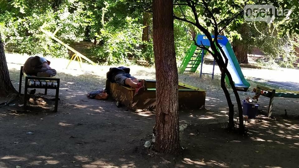 На 95 квартале в Кривом Роге взрослые приспособили детскую площадку для банкетов и отдыха, - ФОТО, фото-2