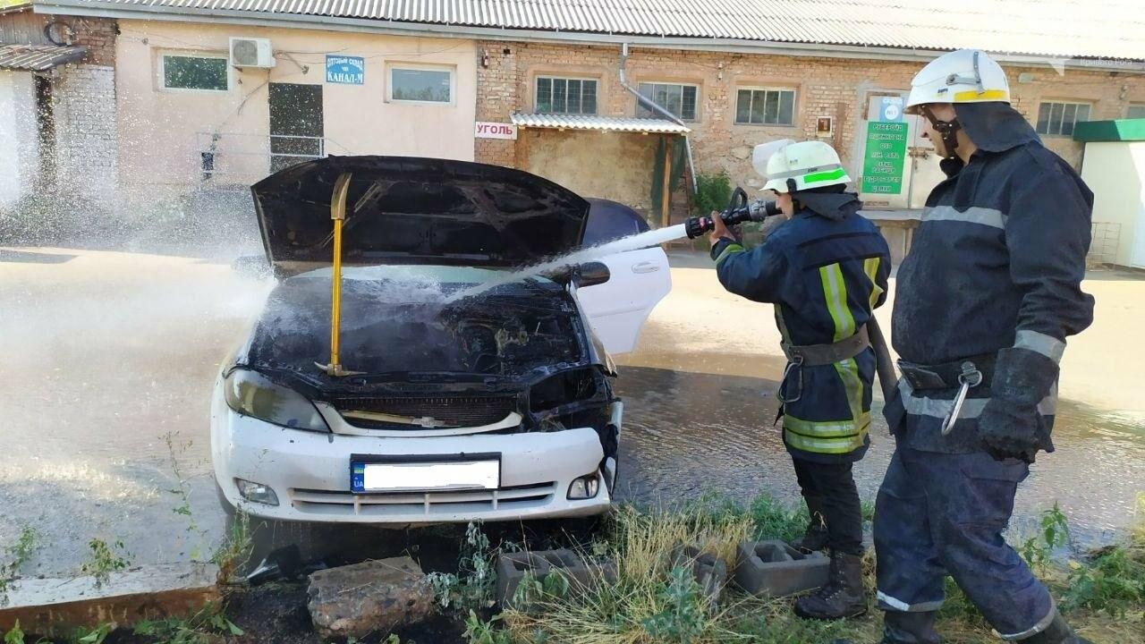 Утром в Кривом Роге горел легковой автомобиль, припаркованный на временной стоянке, - ФОТО , фото-4