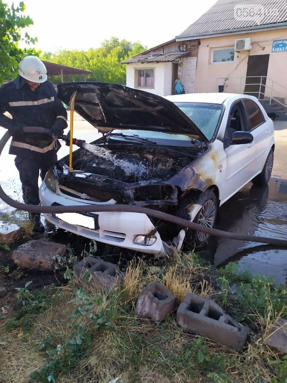 Утром в Кривом Роге горел легковой автомобиль, припаркованный на временной стоянке, - ФОТО , фото-3