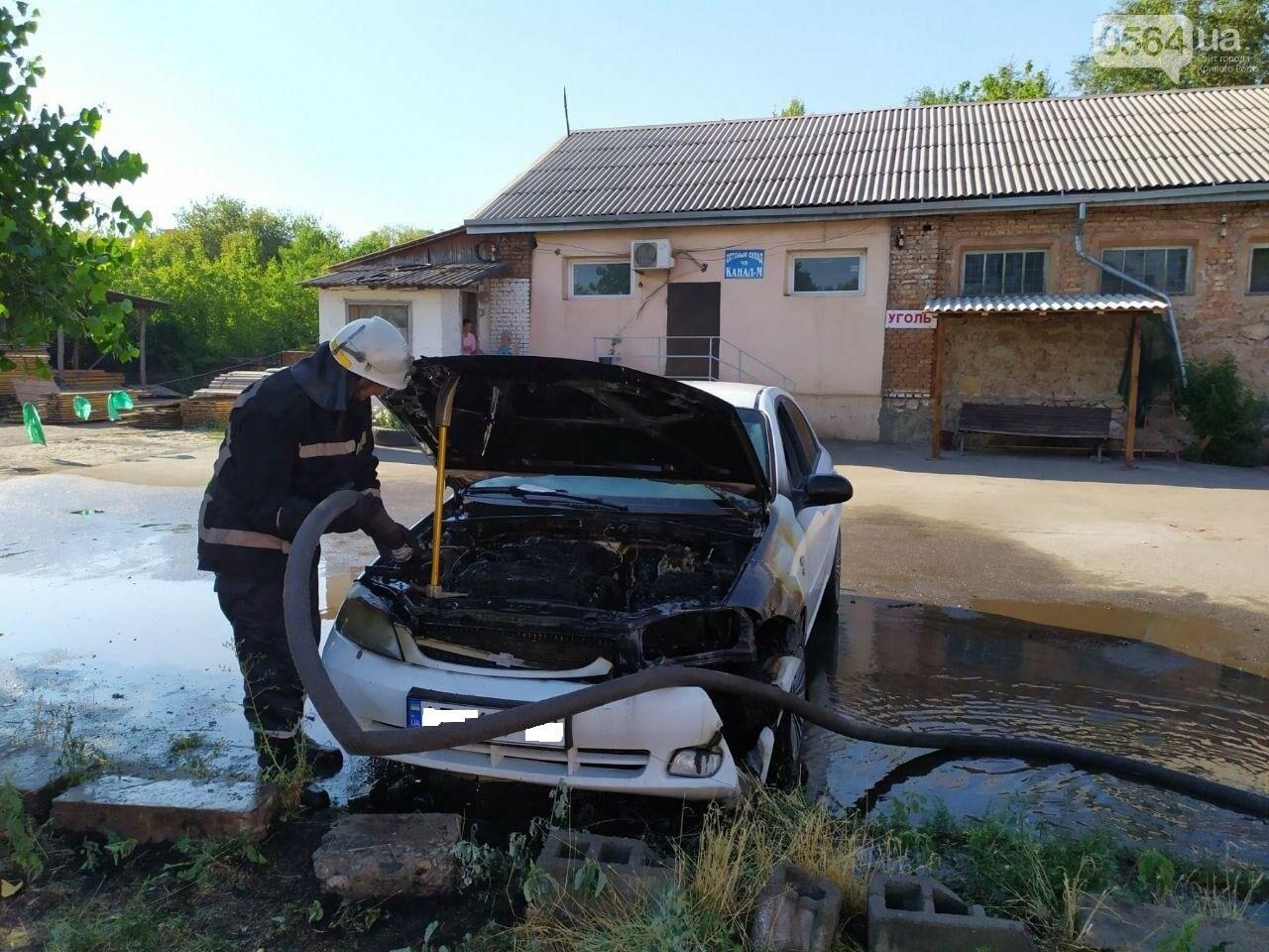 Утром в Кривом Роге горел легковой автомобиль, припаркованный на временной стоянке, - ФОТО , фото-2