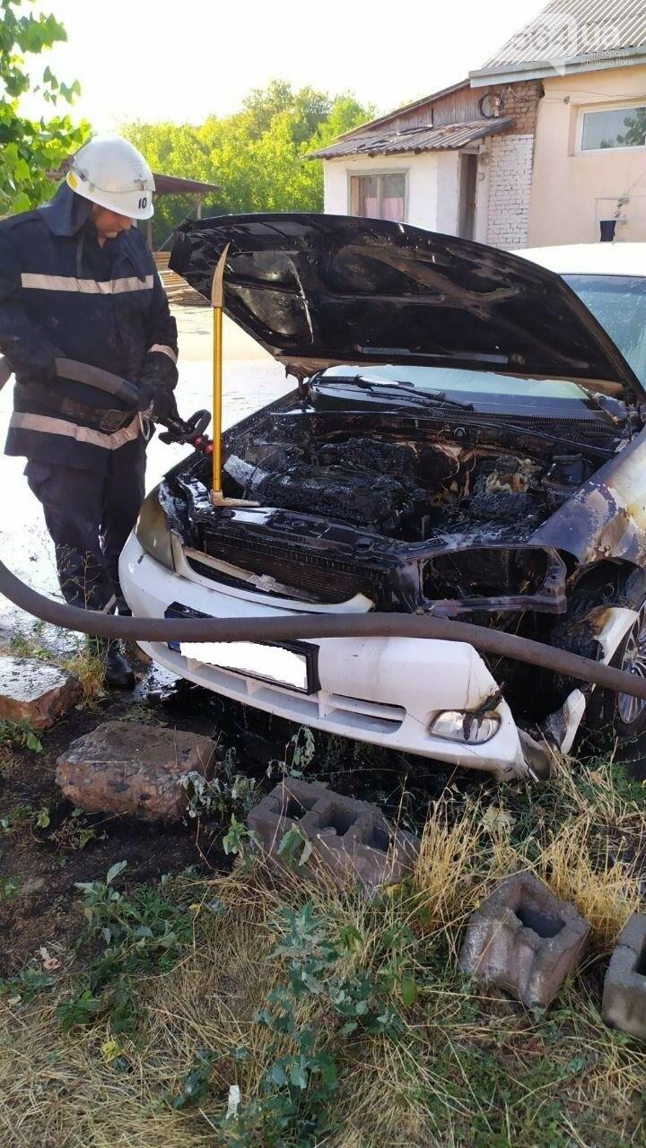 Утром в Кривом Роге горел легковой автомобиль, припаркованный на временной стоянке, - ФОТО , фото-1