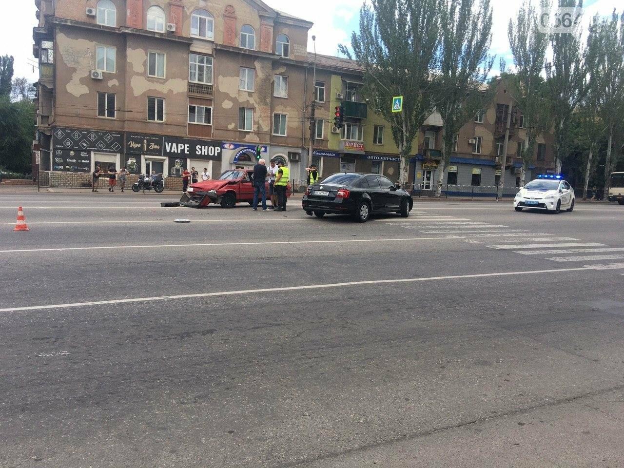 """""""Skoda"""" и """"Renault"""" не поделили дорогу в Кривом Роге, - ФОТО , фото-8"""
