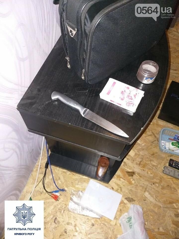 В Кривом Роге мужчина закрылся в чужой квартире, угрожая ножом и топором, - ФОТО , фото-3