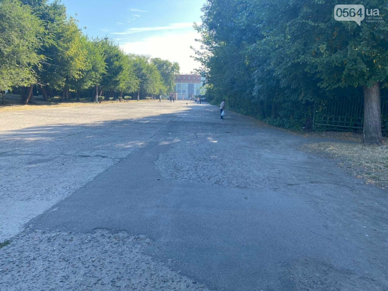"""Возле стадиона """"Металлург"""" в Кривом Роге ожидают президента. Огромный участок подготовили под парковку автомобилей, - ФОТО, ВИДЕО, ОБНОВЛЕНО, фото-1"""