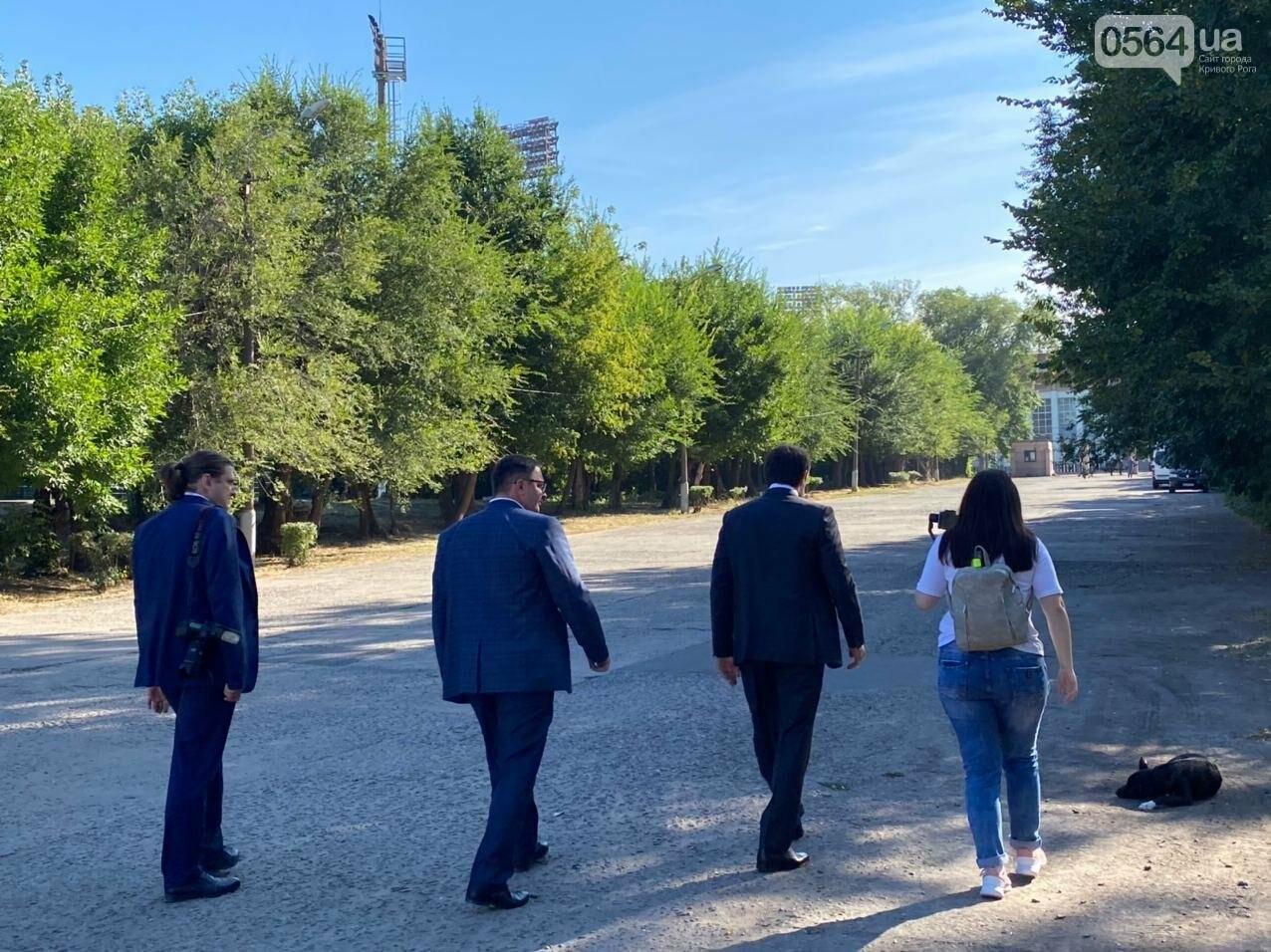"""Возле стадиона """"Металлург"""" в Кривом Роге ожидают президента. Огромный участок подготовили под парковку автомобилей, - ФОТО, ВИДЕО, ОБНОВЛЕНО, фото-3"""