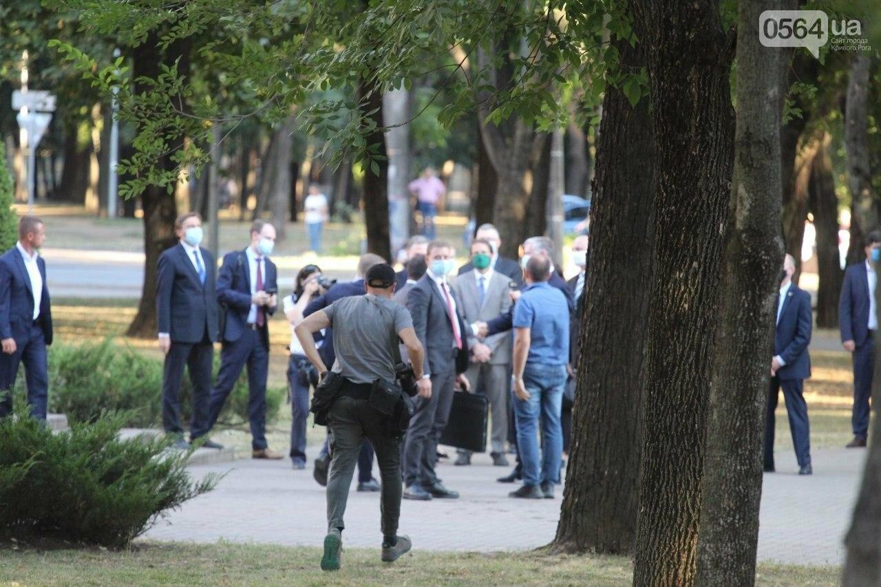 Президент в Кривом Роге возложил цветы к памятнику бойцам, погибшим в зоне АТО/ООС, - ФОТО , фото-4