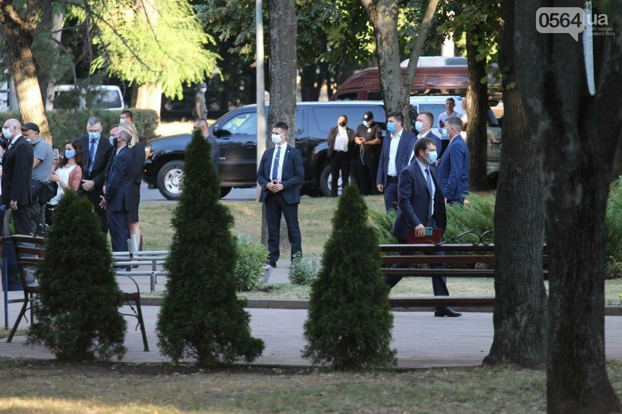 Президент в Кривом Роге возложил цветы к памятнику бойцам, погибшим в зоне АТО/ООС, - ФОТО , фото-10