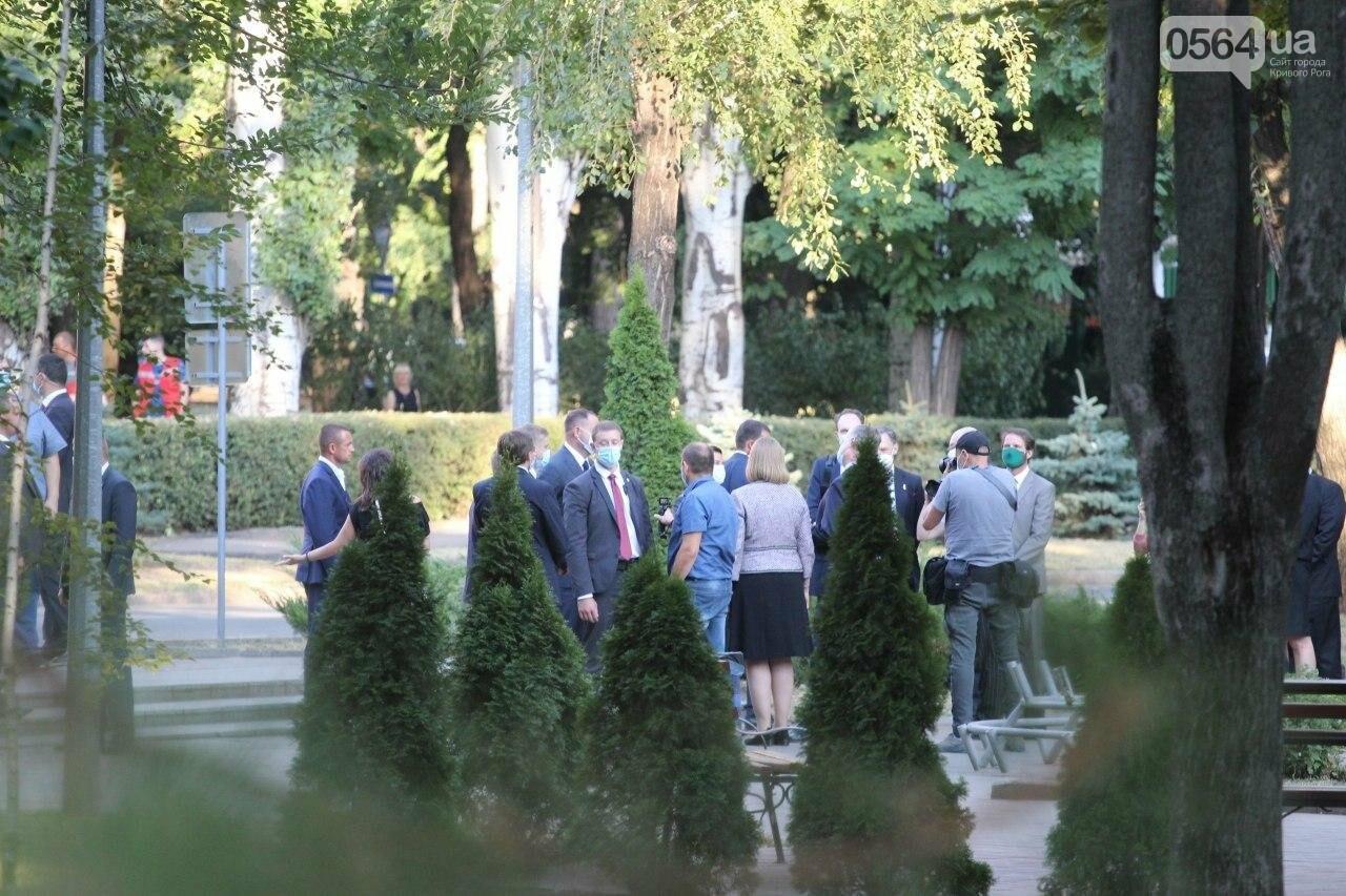 Президент в Кривом Роге возложил цветы к памятнику бойцам, погибшим в зоне АТО/ООС, - ФОТО , фото-11