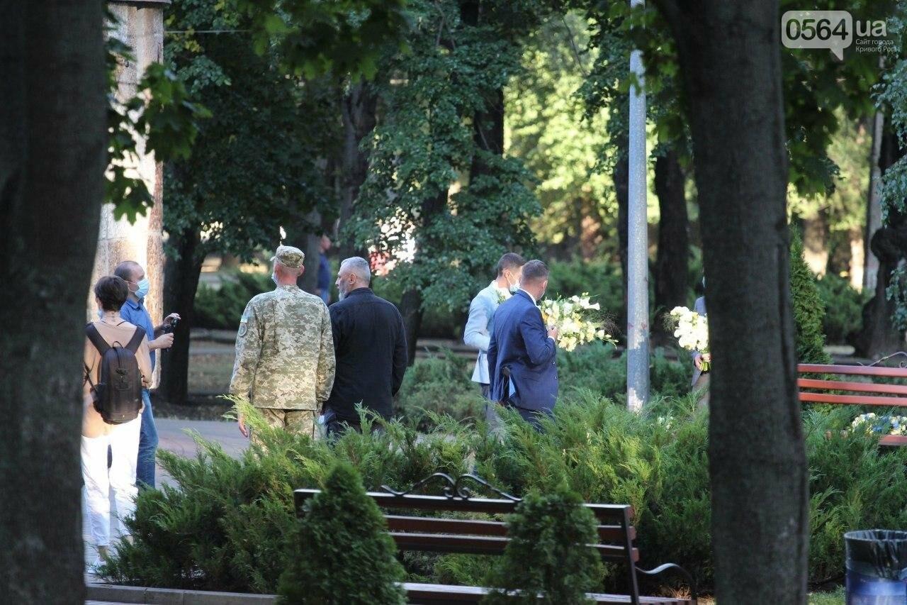 Президент в Кривом Роге возложил цветы к памятнику бойцам, погибшим в зоне АТО/ООС, - ФОТО , фото-6