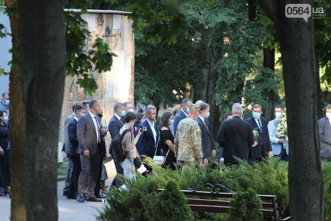 Президент в Кривом Роге возложил цветы к памятнику бойцам, погибшим в зоне АТО/ООС, - ФОТО , фото-3