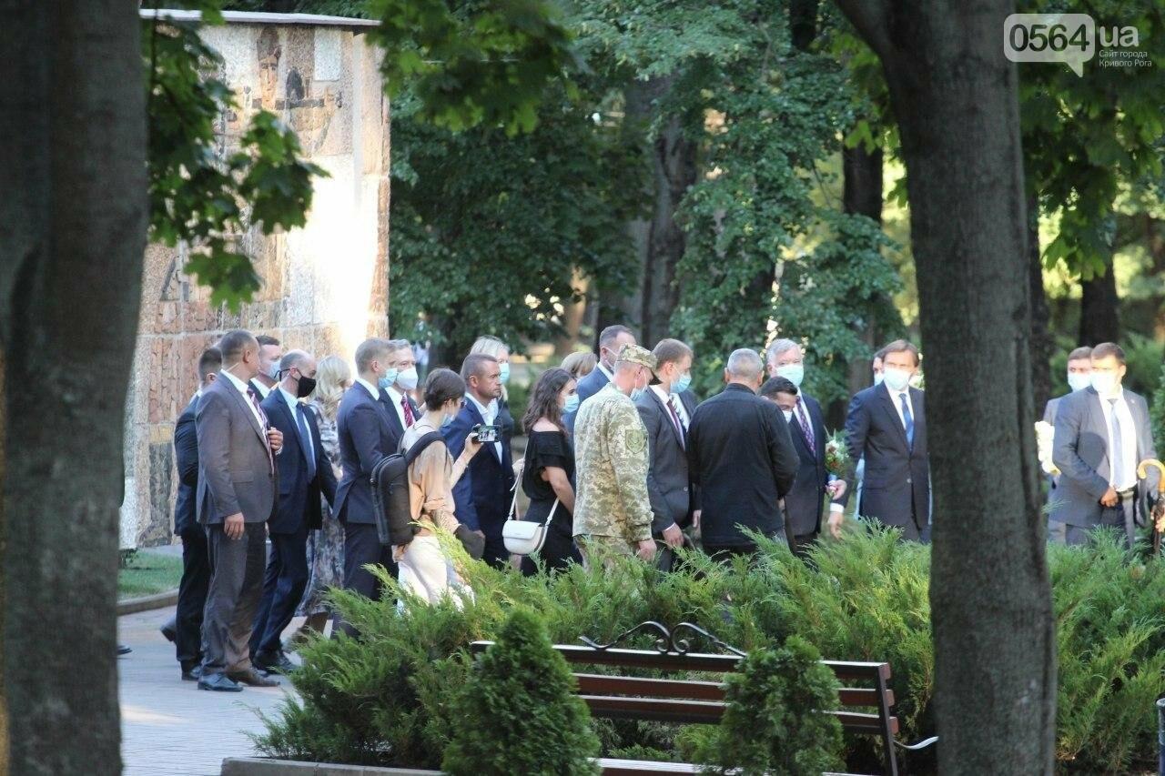 Президент в Кривом Роге возложил цветы к памятнику бойцам, погибшим в зоне АТО/ООС, - ФОТО , фото-2