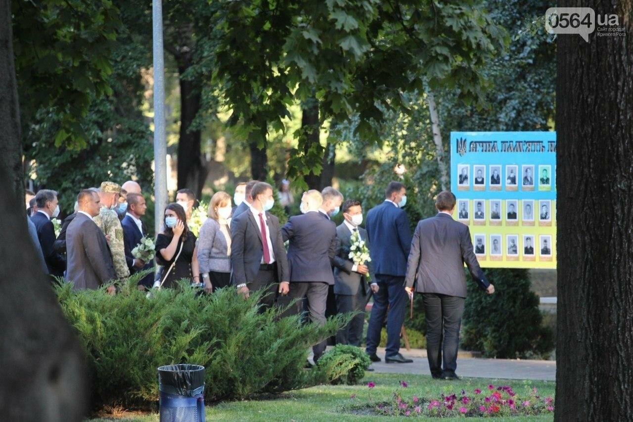 Президент в Кривом Роге возложил цветы к памятнику бойцам, погибшим в зоне АТО/ООС, - ФОТО , фото-9