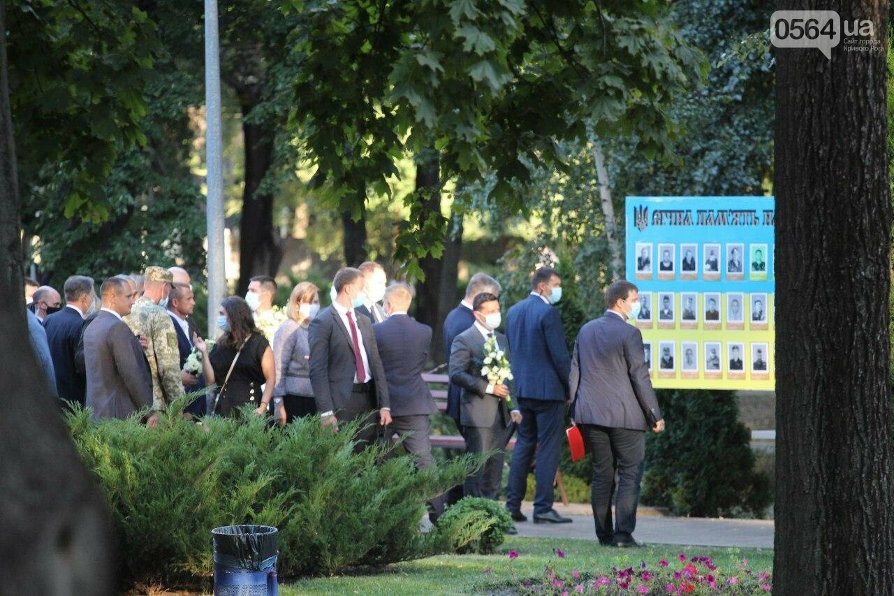 Президент в Кривом Роге возложил цветы к памятнику бойцам, погибшим в зоне АТО/ООС, - ФОТО , фото-12