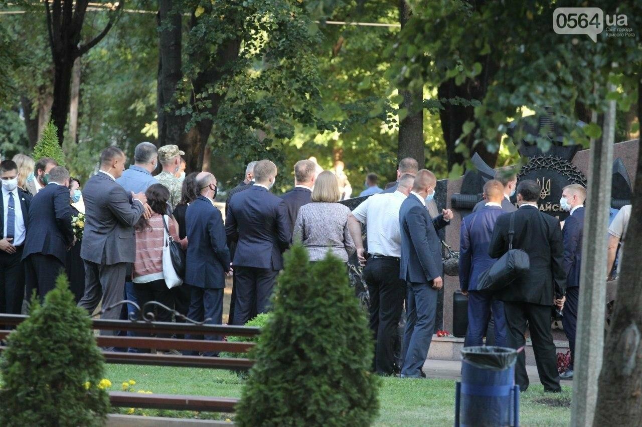 Президент в Кривом Роге возложил цветы к памятнику бойцам, погибшим в зоне АТО/ООС, - ФОТО , фото-8