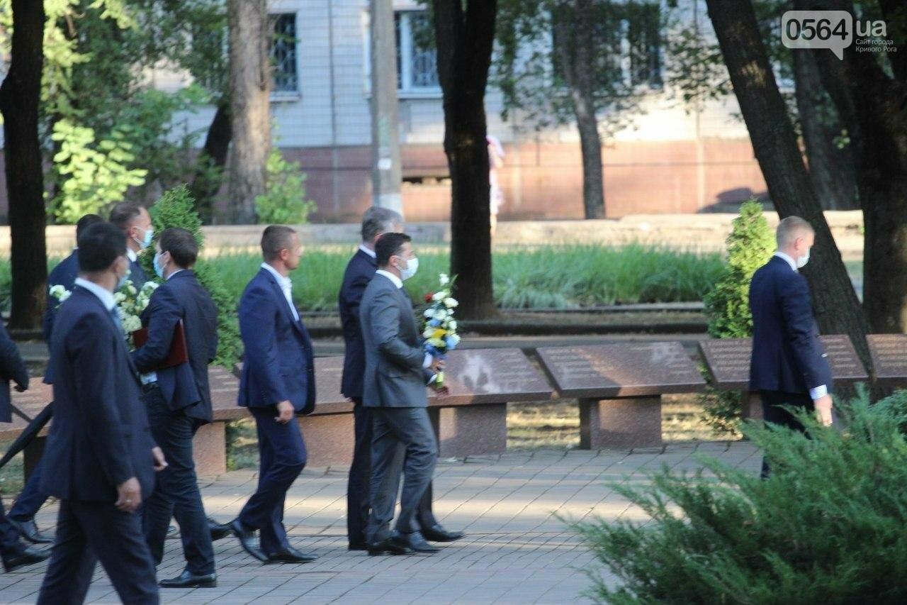 Президент в Кривом Роге возложил цветы к памятнику бойцам, погибшим в зоне АТО/ООС, - ФОТО , фото-5