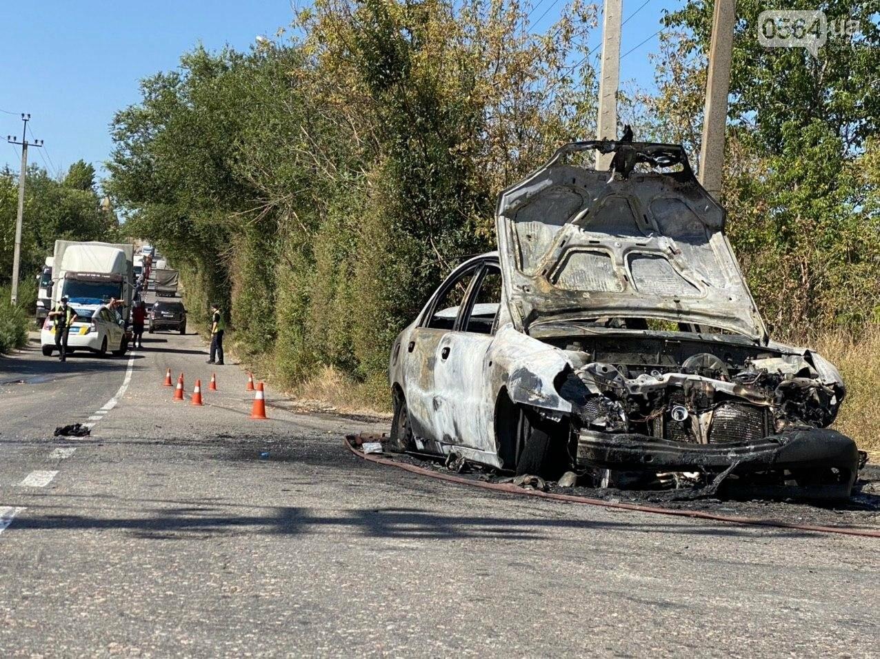 В Кривом Роге в результате лобового столкновения с маршруткой сгорел Lanos. Есть пострадавшие, - ФОТО , фото-5